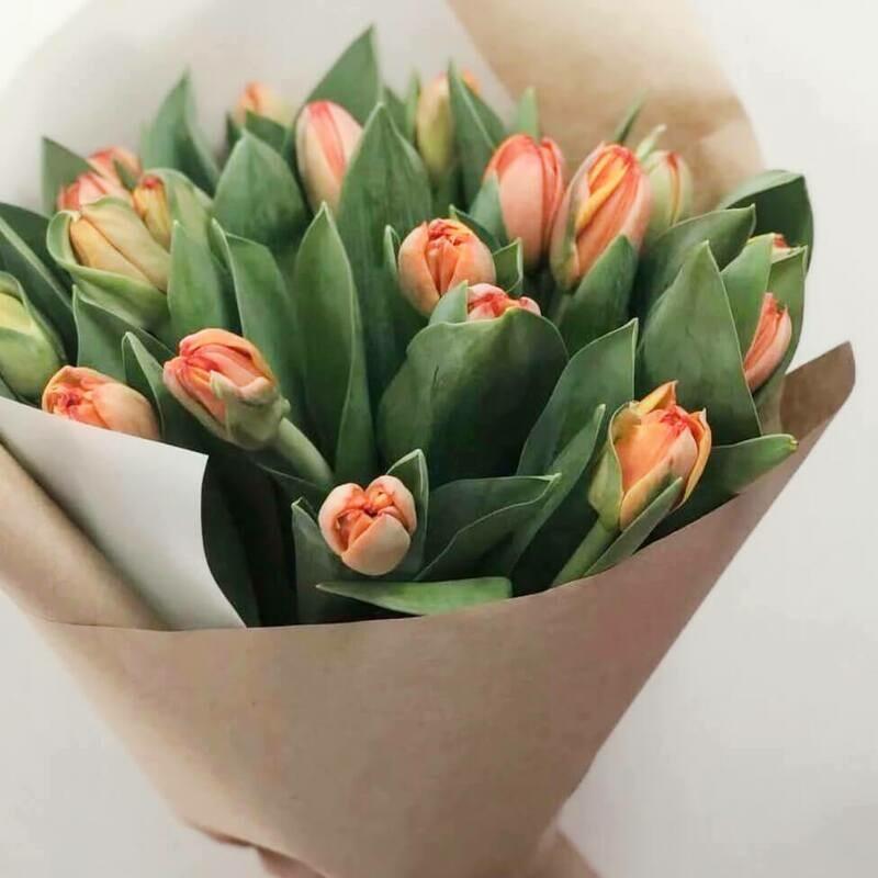 15 рыжих тюльпанов в крафте