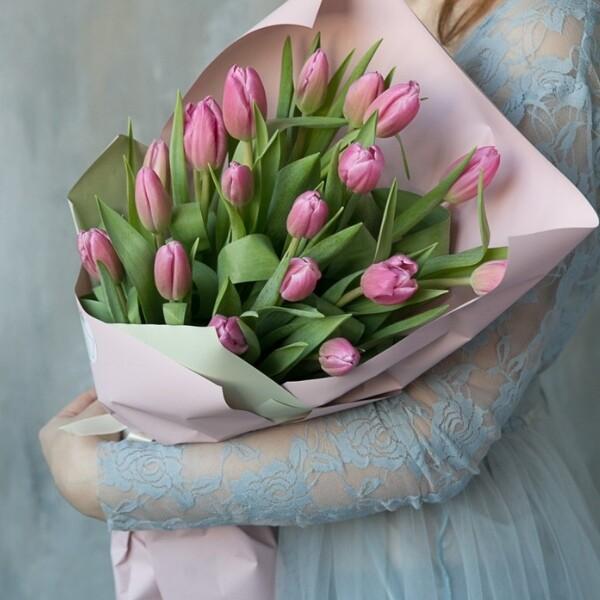19 сиреневых тюльпанов в упаковочной бумаге