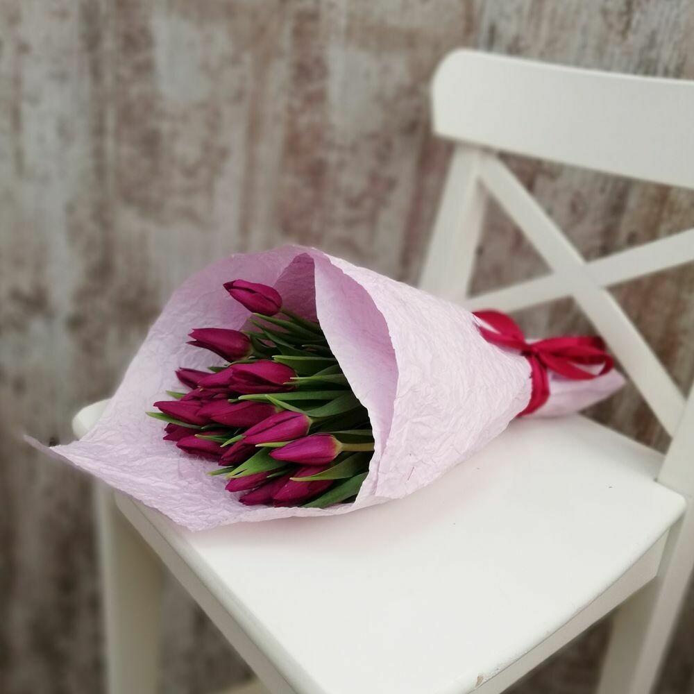 15 сиреневых тюльпанов в упаковочной бумаге