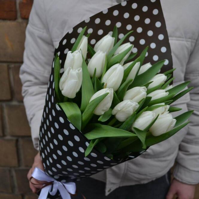 15 белых тюльпанов в упаковочной бумаге горошком