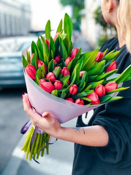 19 ярко-розовых тюльпанов