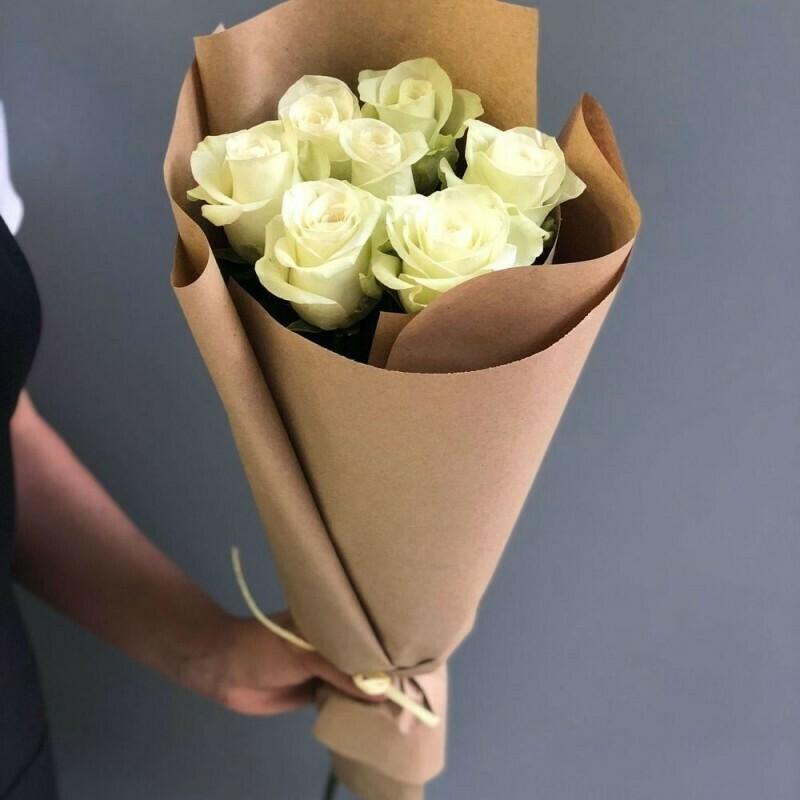 7 белых роз (Эквадор) 60 см в крафте 60 см