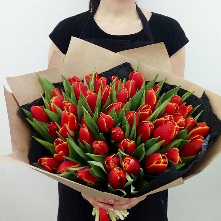 51 красный тюльпан в упаковке