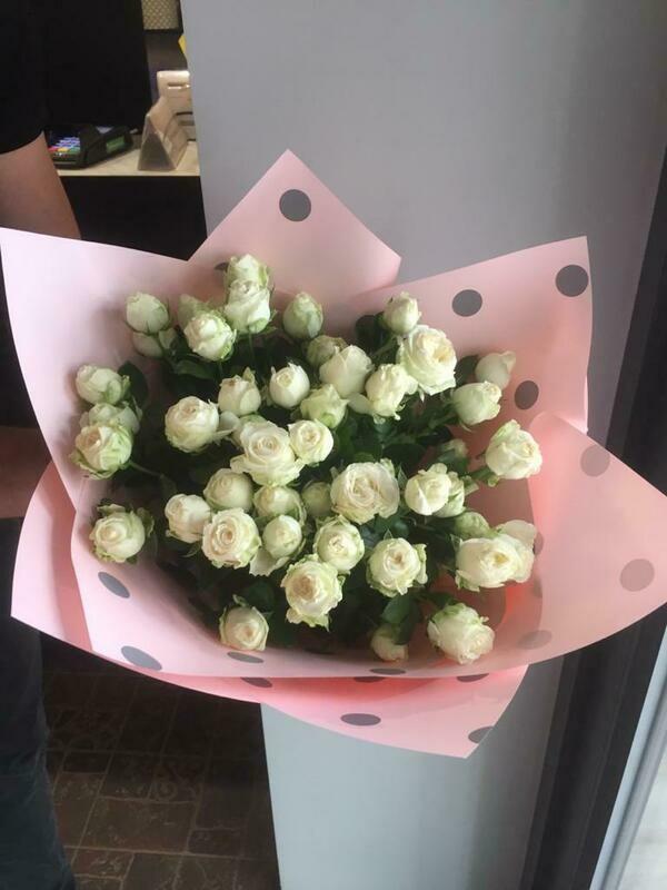 Белая кустовая роза в стильной упаковке