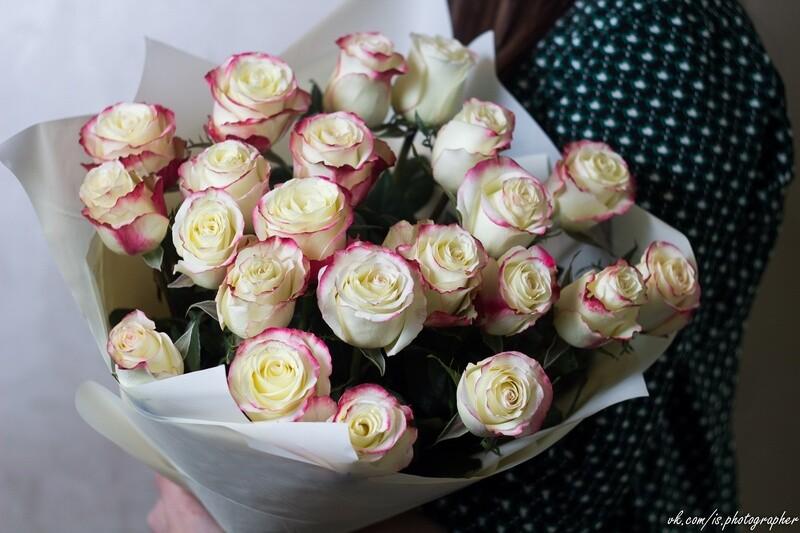 """Букет белых роз с красной окантовкой """"Cabaret"""" 25 шт"""