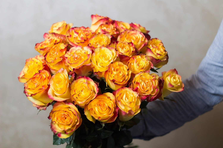 """Букет ярких роз """"Xigh Magic"""" 25 шт"""