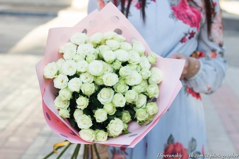 Букет белых кустовых роз