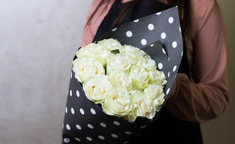 """Букет белых роз в стильной упаковке """"Мондиаль"""""""