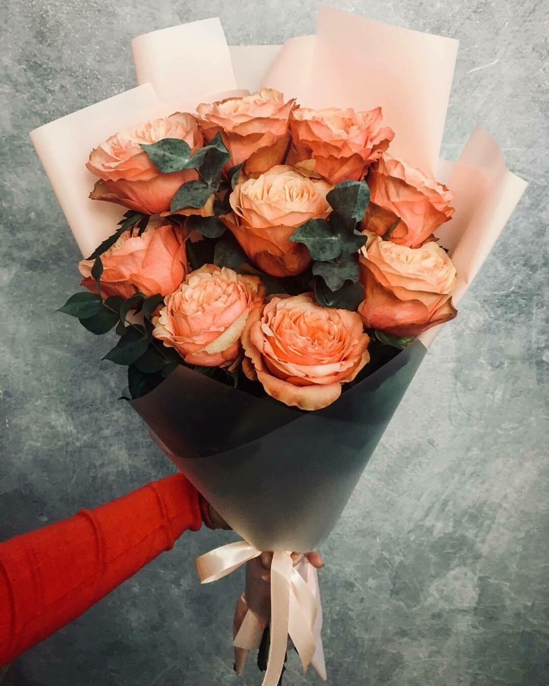 9 персиковых пионовидных роз
