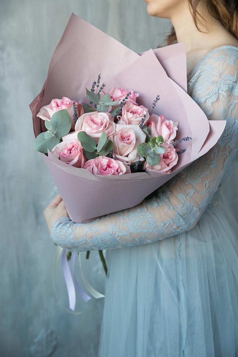 9 нежных пионовидных роз с эвкалиптом