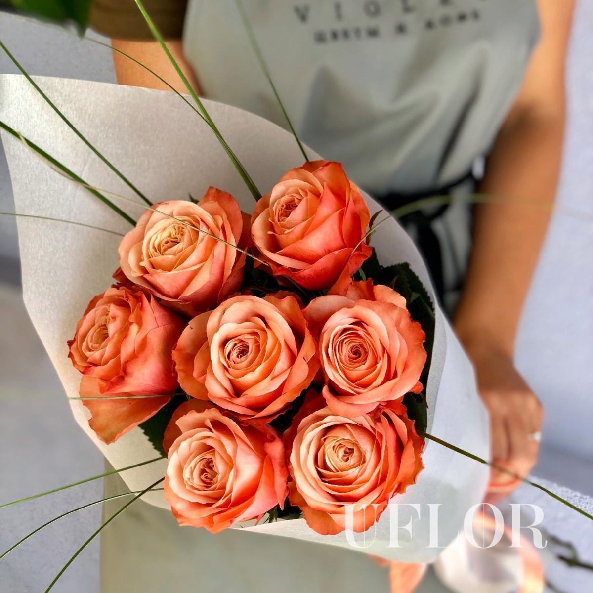 7 пионовидных персиковых роз Эквадор