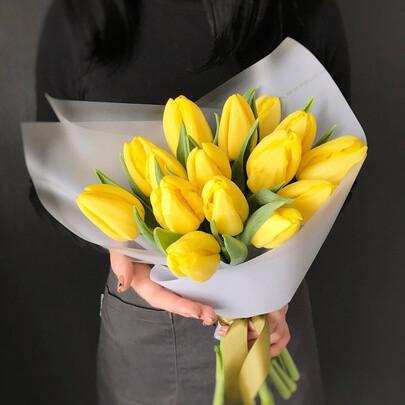 15 жёлтых тюльпанов
