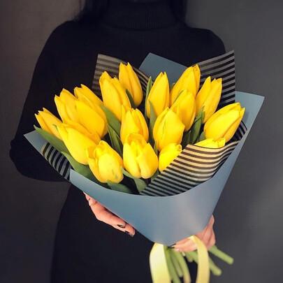 19 жёлтых тюльпанов