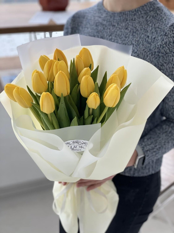 17 жёлтых тюльпанов