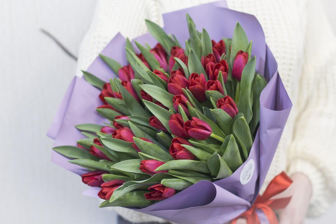 27 красных тюльпанов