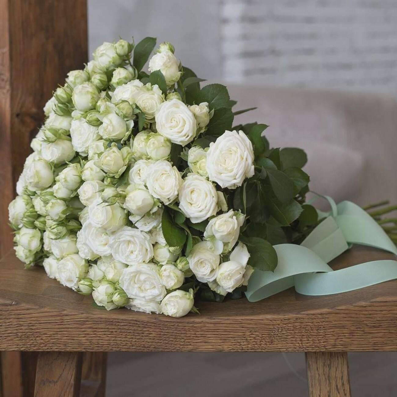 15 белых пионовидных кустовых роз