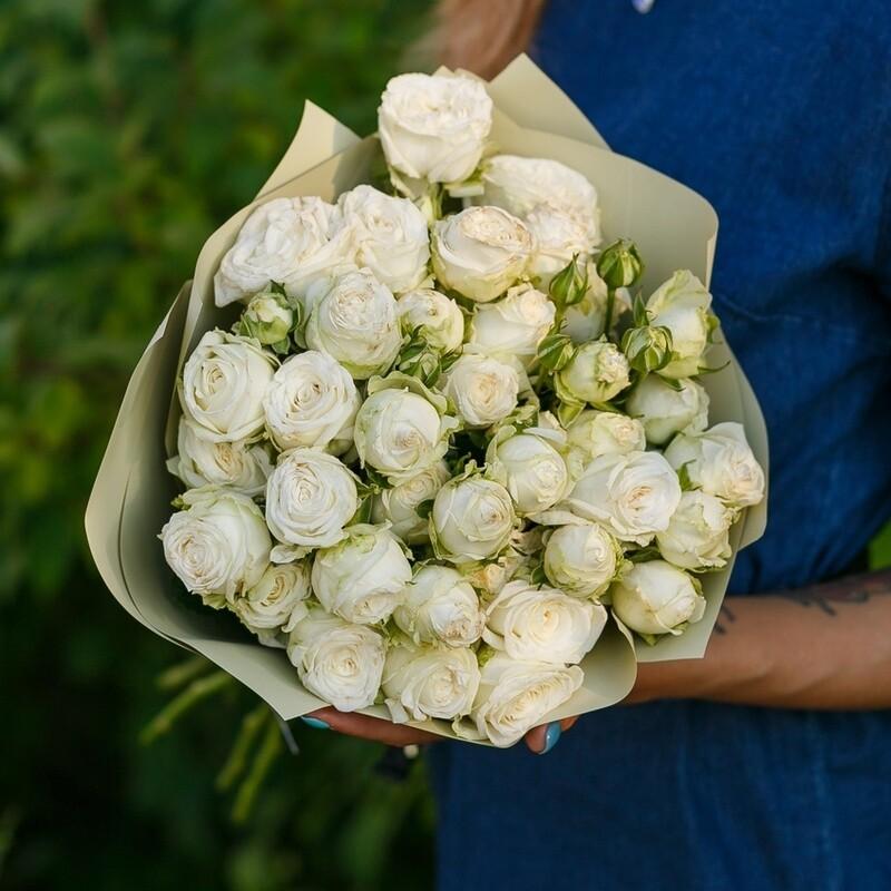 9 белых пионовидных кустовых роз
