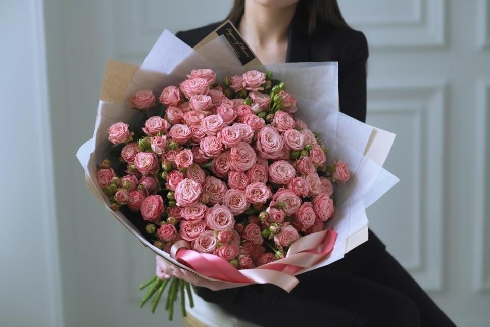 17 нежных пионовидных кустовых роз