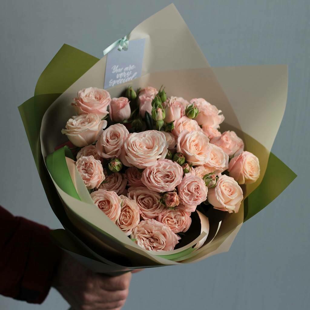 7 нежных кустовых пионовидных роз