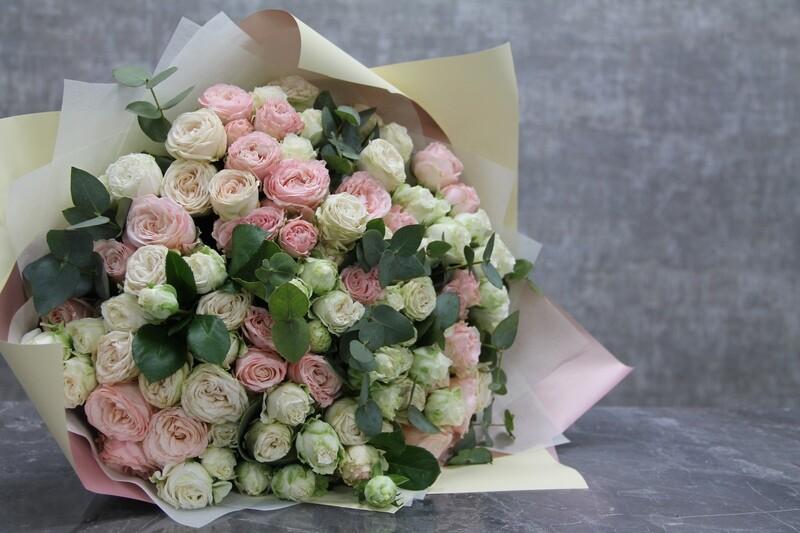21 кустовая пионовидная роза микс с эвкалиптом