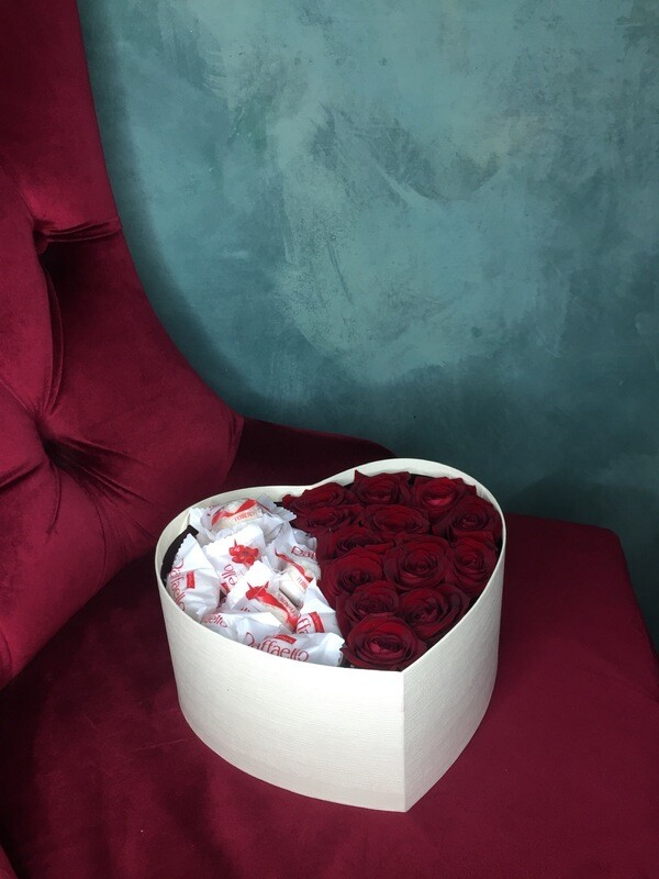 Коробочка Сердцем с Розами и конфетками