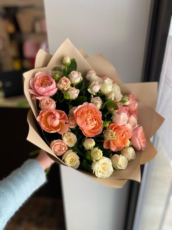 Букет кустовых роз 9шт в стильной упаковке