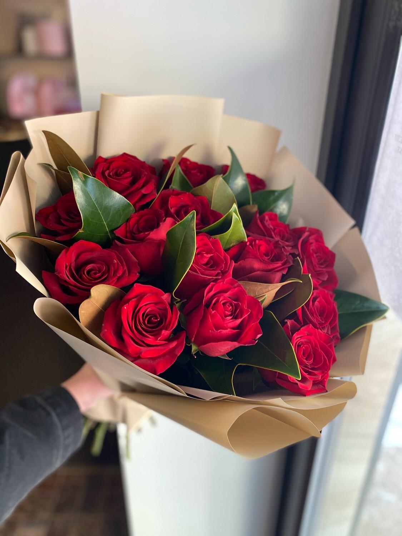 15 роз Эквадор с Магнолией