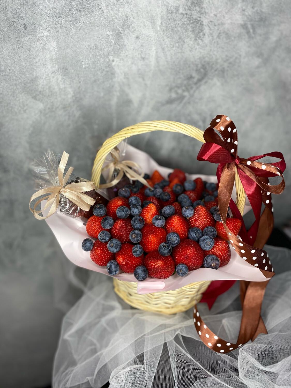 Корзина с клубникой, голубикой и шоколадом