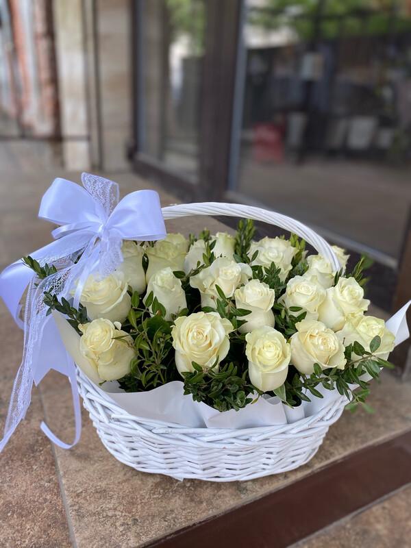 Корзина белых роз 21 шт