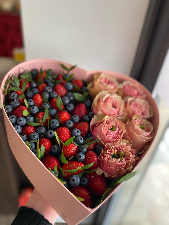 Коробочка с клубникой и цветами