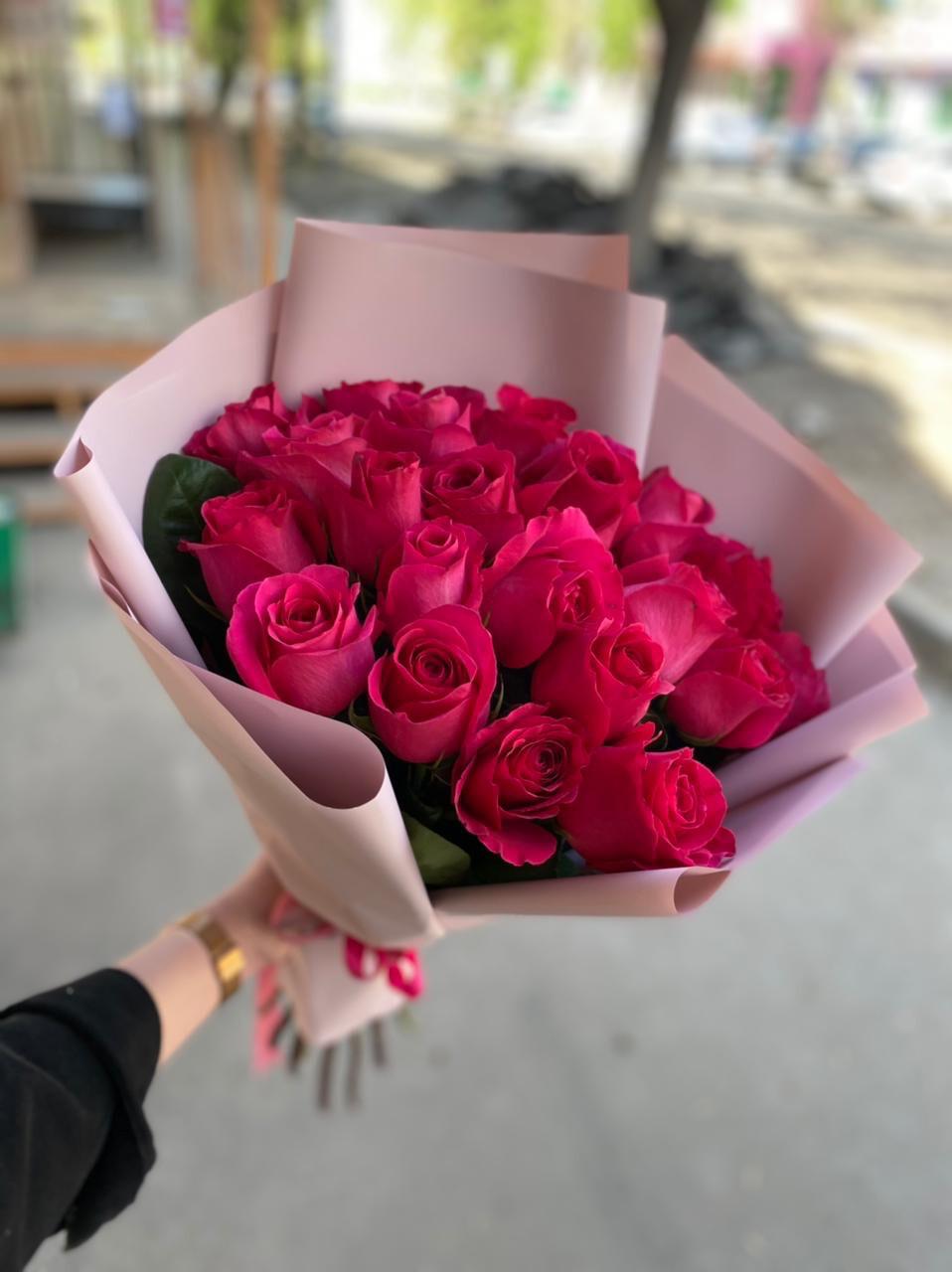 35 малиновых роз
