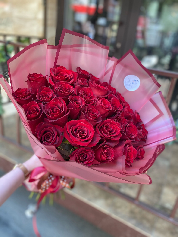 31 красная роза Эквадор в стильной упаковке