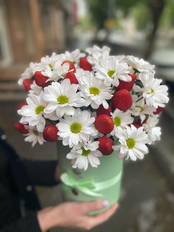 Коробочка с цветами и клубникой