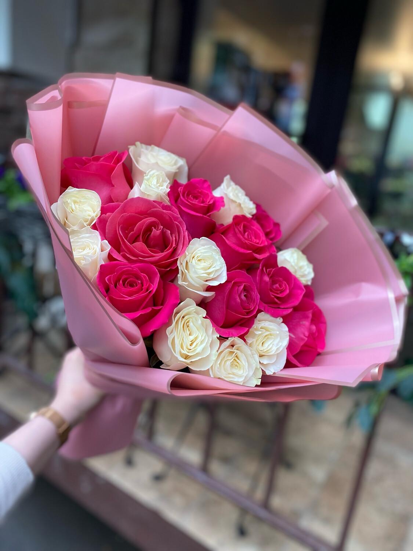 19 роз Эквадор в стильном оформлении микс