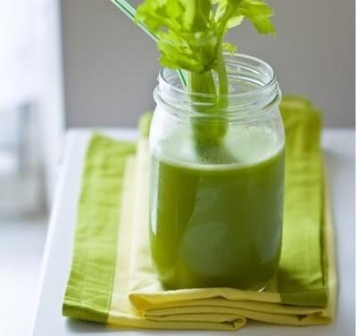 Suc natural din spanac, menta, lime, apio si mar verde