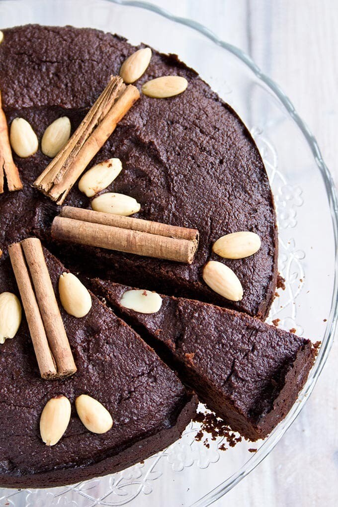Tarta cu ciocolata, curmale si scortisoara