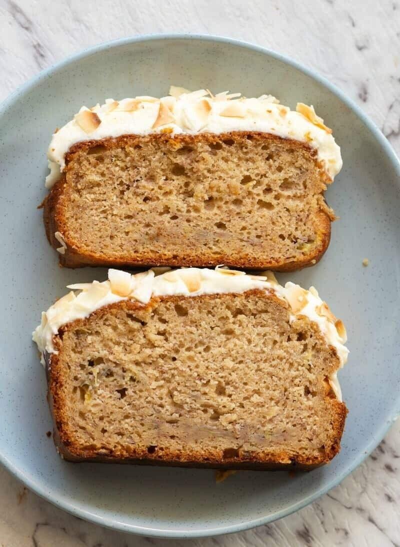 Keto banana bread cu glazura din crema de branza