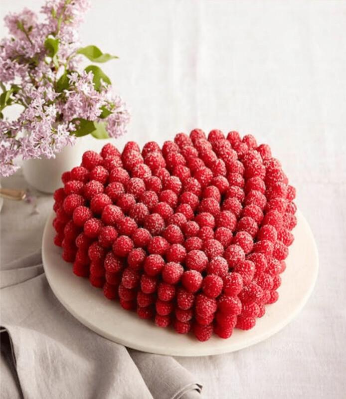 Tort artizanal inima decorat cu zmeura keto