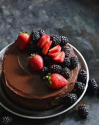 Tort low-carb de ciocolata cu capsuni si mure
