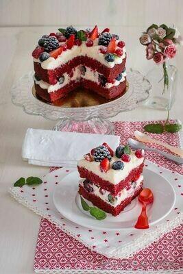 Tort Red Velvet keto cu fructe de padure