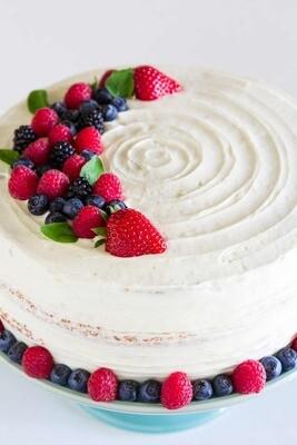 Tort cu crema Chantilly si fructe de padure