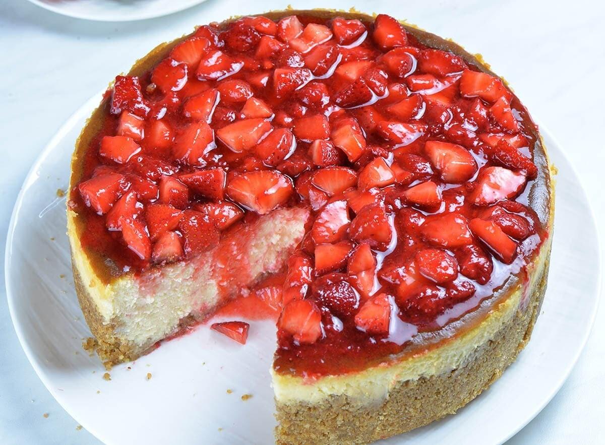 Cheesecake clasic cu topping de capsuni