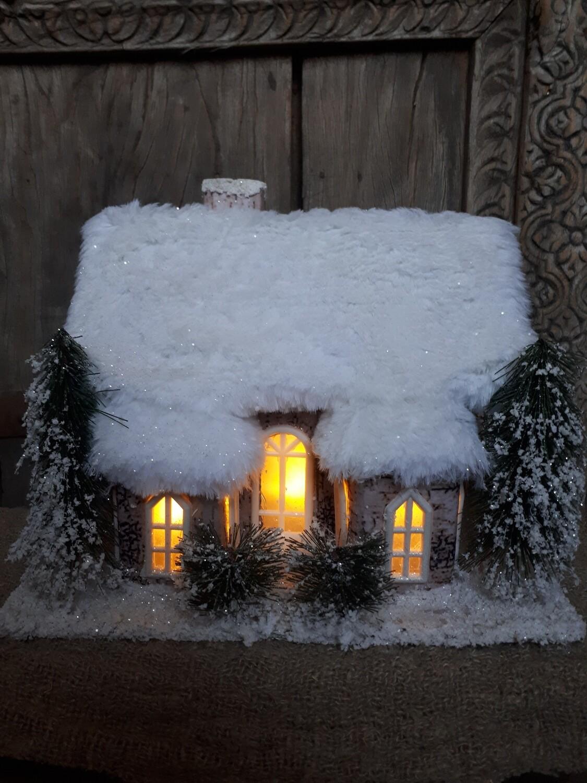 Huis met sneeuw en één schoorsteen