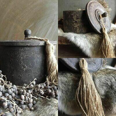 Houten pot met deksel en kwast