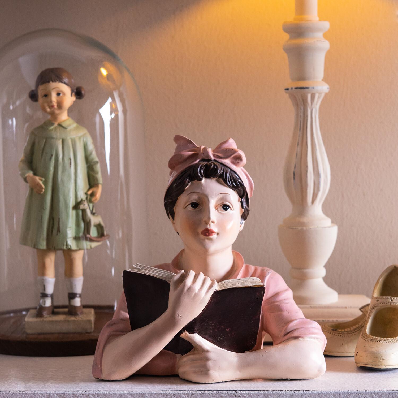 Vrouw buste met boek