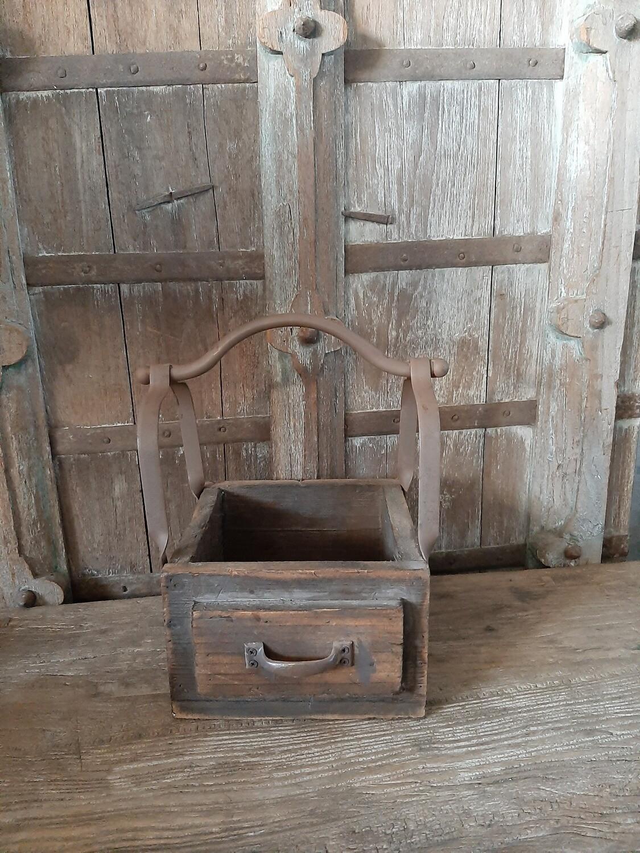 Enkel houten bakje met ijzeren handvat