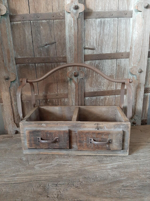 Dubbel houten bakje met ijzeren handvat