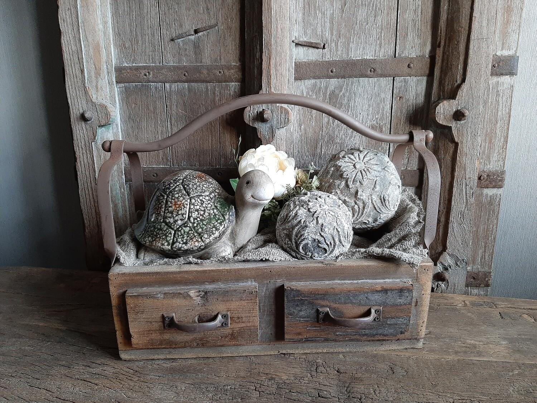 Dubbel houten bakje met ijzeren handvat gevuld