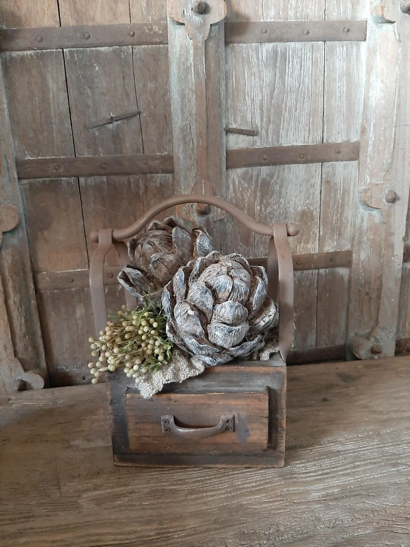 Enkel houten bakje met ijzeren handvat gevuld