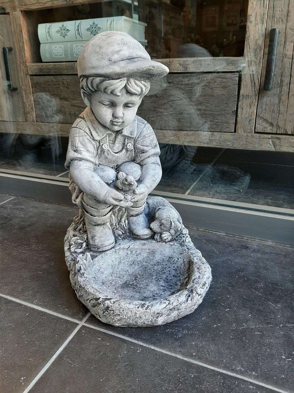 Tuinbeeld Jongen bij vijver